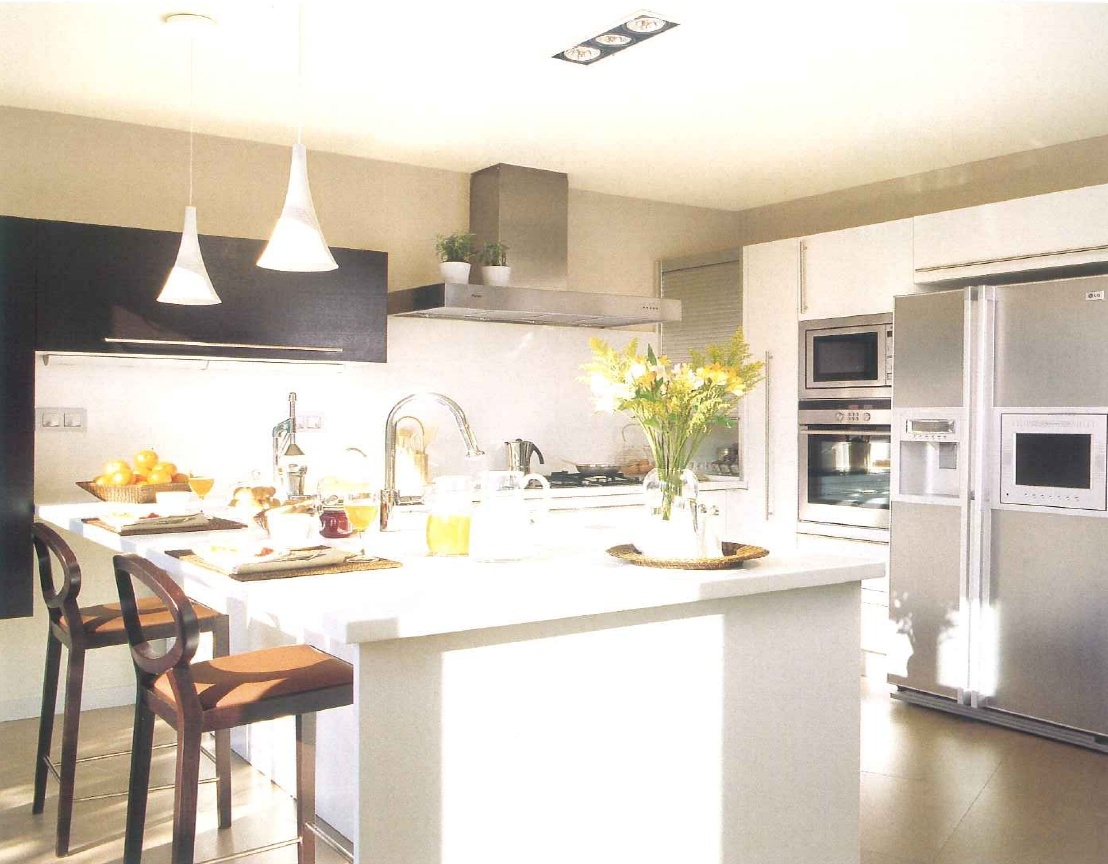 decoração de interiores, decoração cozinha - armários de cozinha brancos e wengué